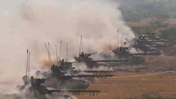 Индия выдвинула танки награницу сКитаем: азиатские гиганты стягивают силы
