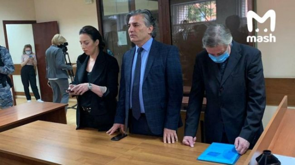 Суд приговорил Михаила Ефремова к8 годам колонии, онвзят под стражу