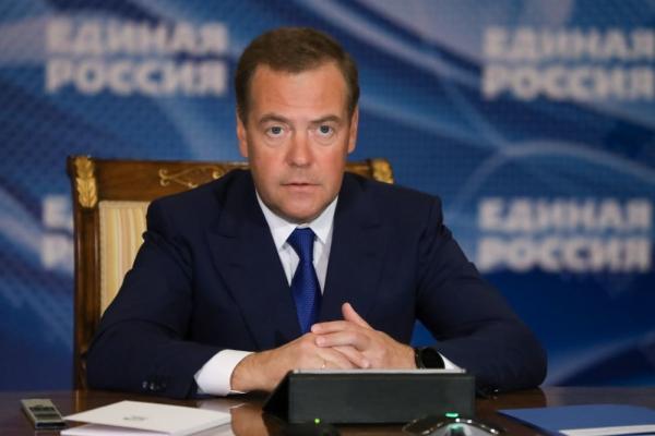 Медведев призвал за счет государства обеспечивать россиян лекарствами по рецептам